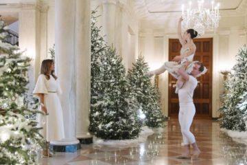 Белата куќа се претвори во зимска бајка:Меланија Трамп во бел фустан на Диор,ја претстави новогодишната декорација на претседателската куќа