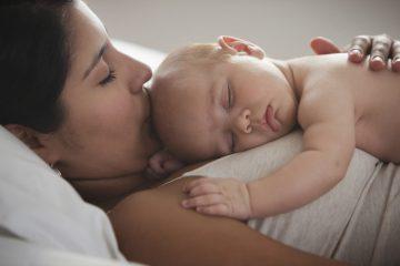 Децата треба да спијаат со мајката до четвртата година