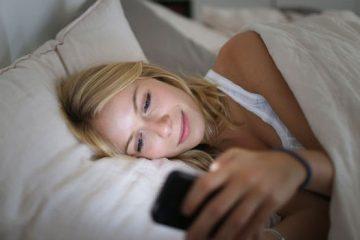 Дали паметните телефони предизвикуваат стареење на вашата кожа?