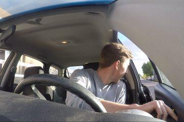 Возачот никогаш не треба да ја отвара својата врата со користење на левата рака, еве зошто.