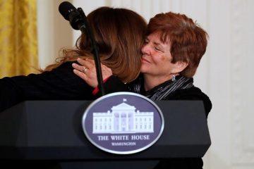 Меланиja Трамп ja гушка и теши расплаканата мајка (ФОТО)