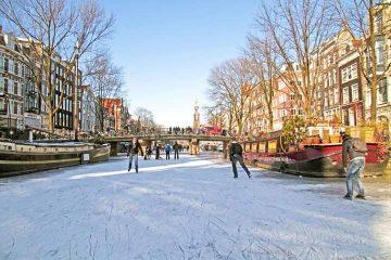 Преубавиот Амстердам луѓето лизгаат во каналите (ВИДЕО)