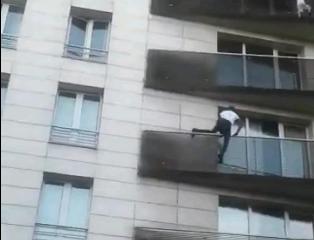 """(ВИДЕО) Мигрант """"спајдермен"""" спаси дете (4) кое висеше на балкон: За една минута се искачи до четврт спрат"""