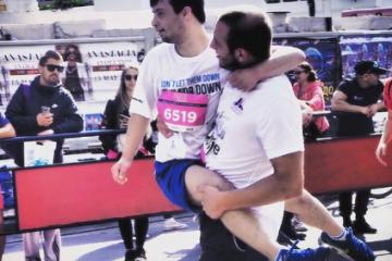 Дете со даунов синдром падна и лежеше 50 метри пред целта. Помина дечко, го крена во раце и заедно ја поминаа целта!