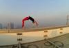 Скокање на ивица од кровот на еден објект. (ВИДЕО)