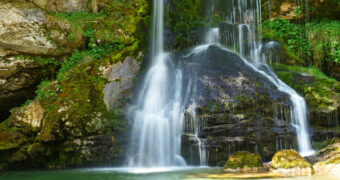 Чудо на природата во Словенија: Смарагдно зелен водопад што ве остава без здив! (ФОТО)