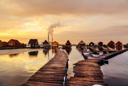 Пливачко село: Генијално езерце каде што можете да рибарите преку прозорецот